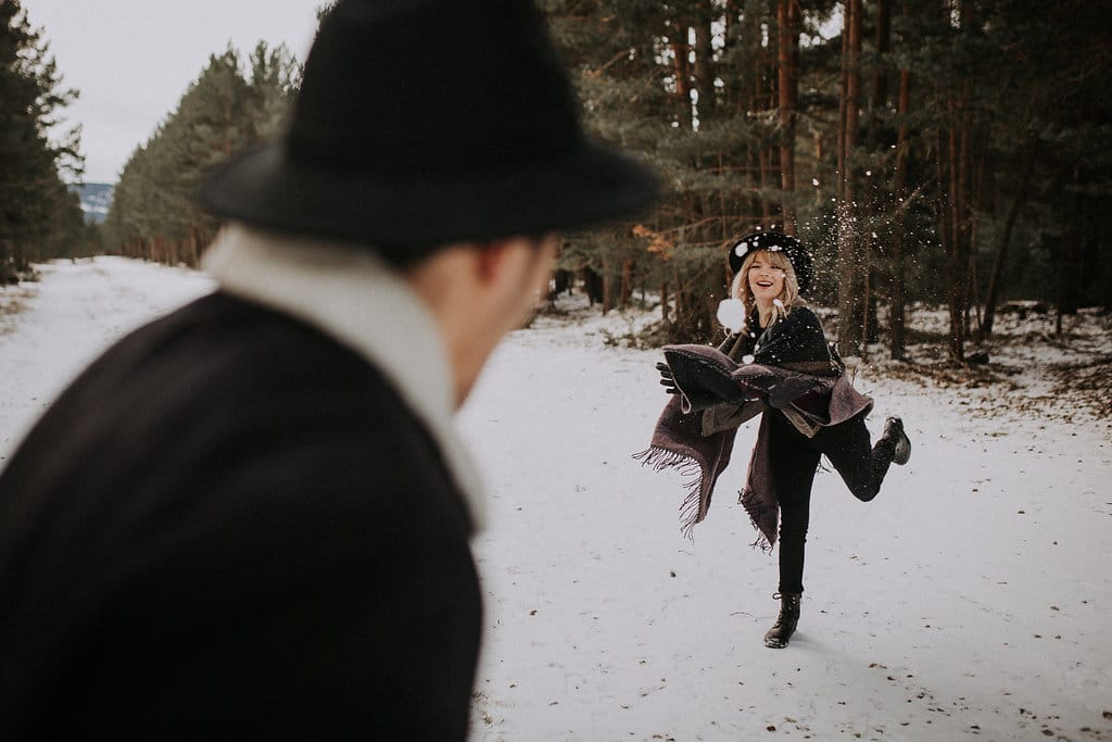 Un mariage en hiver sous la neige fun amoureux